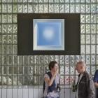 Werkstatthalle Seitenwand mit Glasbaiusteinen mit Exponat