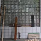 Werkstatthalle Seitenwand mit Glasbaiusteinen während Aufbau
